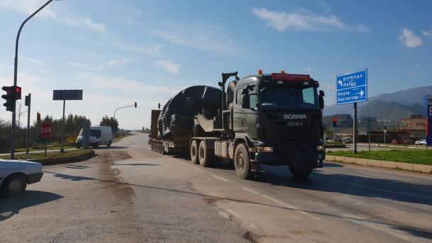 Tanket turke vazhdojnë rrugën drejt kufirit sirian   TRT  Shqip