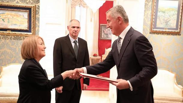 Ambasadorja Ozan fillon zyrtarisht misionin në Malin e Zi | TRT  Shqip