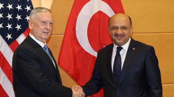 Turquía protesta por decisión de EEUU de armar a kurdos