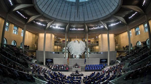 Linken-Abgeordnete zeigt verbotene Kurdenfahne im Bundestag