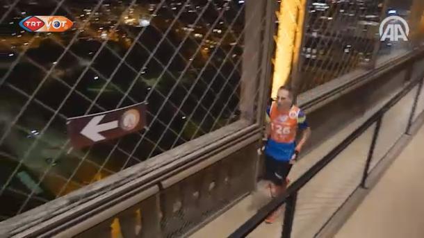 艾菲尔铁塔令人叹为观止的攀岩比赛 | 三昻体育