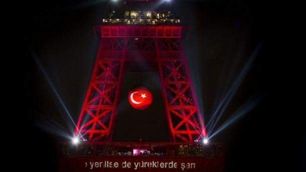 """""""La tour Eiffel aux couleurs de la Turquie, justice pour les victimes oubliées des attentats"""""""