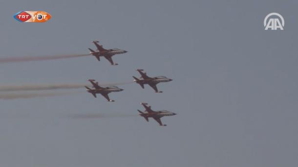 Ekipi turk i akrobacisë jep një shfaqe mahnitëse në qiellin e Qipros | TRT  Shqip