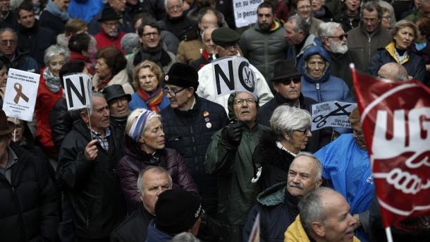 Protestan miles de jubilados en España para exigir