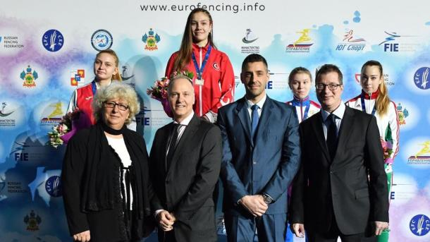 埃尔多安祝贺获得金牌的土耳其击剑运动员 | 三昻体育投注