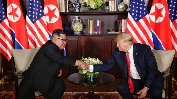 Singapor – Trump dhe Kim shkruajnë historinë me një shtrëngim duarsh | TRT  Shqip