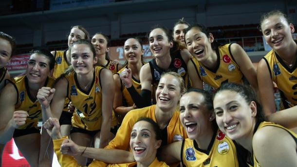 瓦基弗银行女子排球队再夺桂冠 | 三昻体育官网