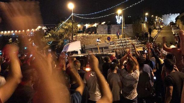 Jerusalem – Forcat izraelite të sigurisë heqin kangjellat në hyrje të Xhamisë Al-Aksa | TRT  Shqip