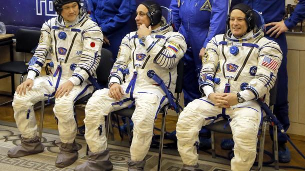 Drei Raumfahrer auf dem Weg zur Internationalen Raumstation