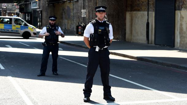 Sulmohen me vare 4 xhami në Birmingham të Anglisë | TRT  Shqip