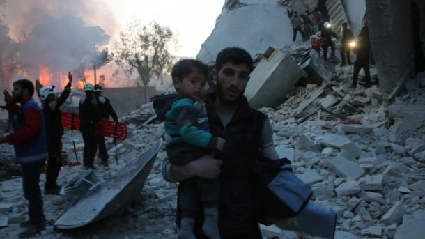 Siri – Humbin jetën 5 anëtarë të një familjeje në sulmet ajrore në Idlib | TRT  Shqip