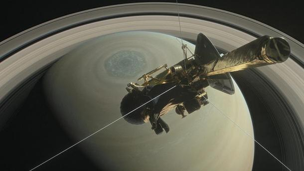 Космический аппарат Cassini совершил опасный «нырок» между Сатурном иего кольцами