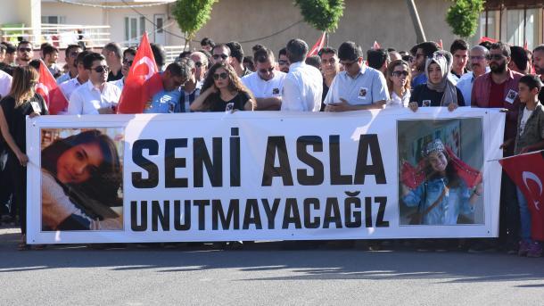 Banorët e Batmanit proteston ndaj PKK-së gjatë përkujtimit të mësueses dëshmore | TRT  Shqip
