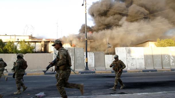 Irak - Basra - Protestuesit i vënë zjarrin godinës së televizionit shtetëror | TRT  Shqip