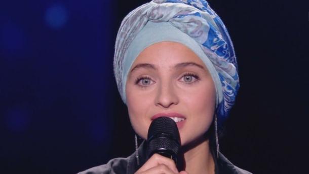"""Mennel Ibtissem, candidate de """"The Voice"""" attaquée via les réseaux sociaux à cause de son voile"""