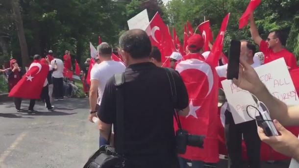 Demonstracije ispred Gulenovog imanja u SAD-u: Okupljeni tražili da bude izručen Turskoj