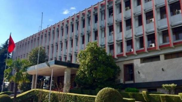 Shqipëria dëbon dy diplomatë iranianë, Trumpi falënderon autoritetet shqiptare | TRT  Shqip