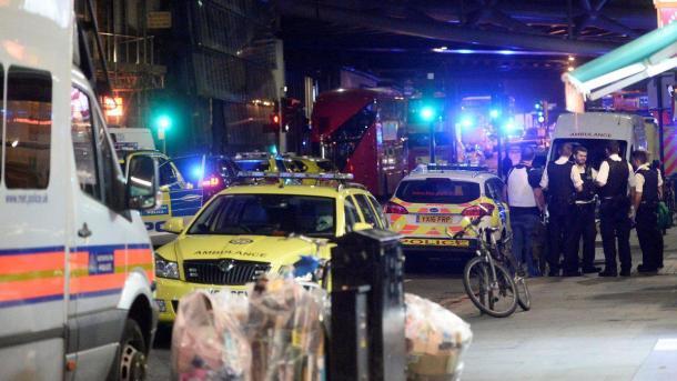 【イギリス】 ムスリムに車が突っ込む | TRT  日本語