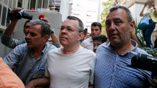 Turqi – Gjykata lë në arrest shtëpie pastorin amerikan | TRT  Shqip