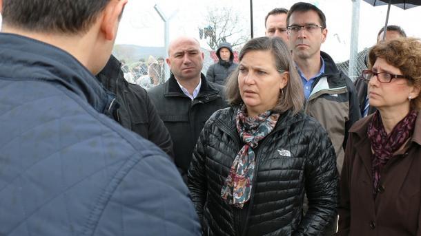 Nuland viziton qendrën e refugjatëve në Gjevgjeli