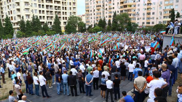 Участники митинга вАзербайджанской столице потребовали отмены конституционного референдума