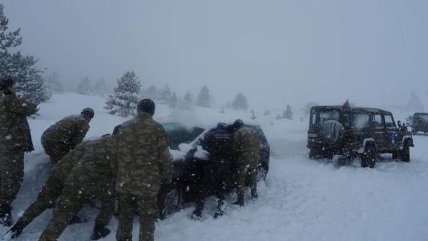 Tomislavgrad: Turski vojnici spasili porodicu s trudnicom zaglavljenu u snijegu