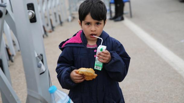 Turqia ndihmon emigrantët e bllokuar në kufirin grek | TRT  Shqip