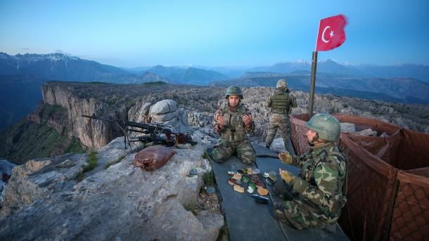 AA askerlerin ilk iftari.jpg