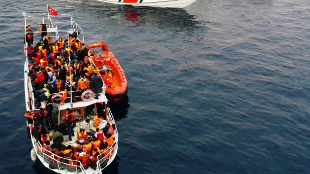 Turqi – Ekipet e Rojës Bregdetare Turke shpëtuan 23 azilkërkues të prapësuar nga Greqia | TRT  Shqip