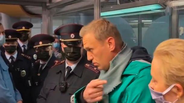 Rusi – Opozitari Alexey Navalny ndalohet sapo mbërrin në Moskë, reagon BE-ja dhe SHBA-ja   TRT  Shqip