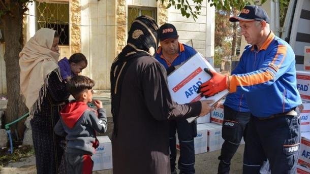 Turqia shpërndan ndihmat për civilët në zonën e operacionit «Burimi i Paqes» | TRT  Shqip