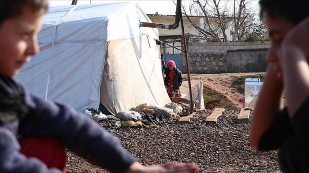 Siri – Rreth 21 mijë civilë të tjerë emigrojnë pranë kufirit të Turqisë nga Idlibi | TRT  Shqip