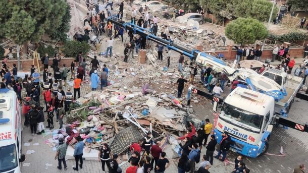 Tërmeti në Izmir, arrin në 24 numri i personave që kanë humbur jetën | TRT  Shqip