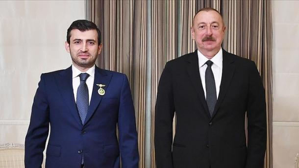 "Presidenti Ilham Aliyev vlerëson Selçuk Bayraktarin me ""Dekoratën e Karabakut"" | TRT  Shqip"