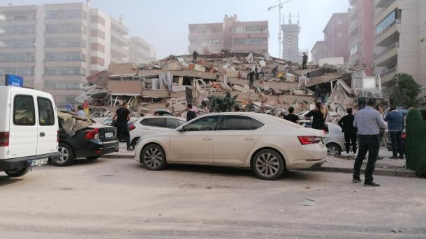 Izmiri goditet nga një tërmet 6,6 ballësh, objekte të shembura dhe viktima | TRT  Shqip