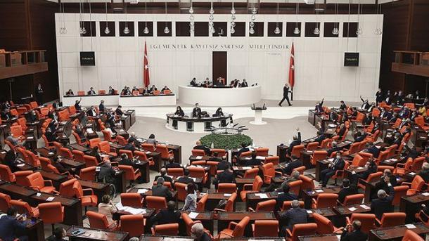 Ankara – Parlamenti dënon dhe mallkon islamofobinë e Presidentit francez, Emmanuel Macron | TRT  Shqip