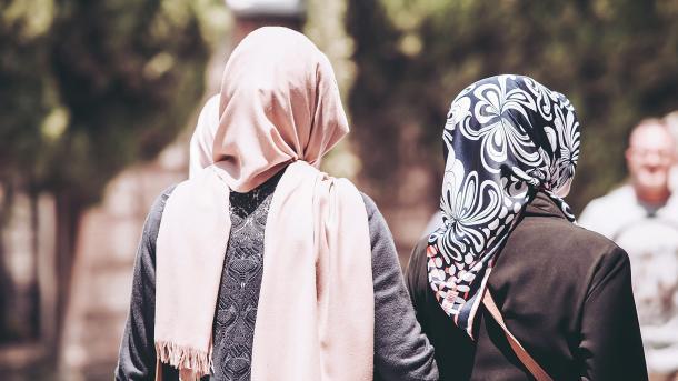 Francë – Asambleja Kombëtare refuzon nismën për ndalimin e mbajtjes së shamisë së kokës | TRT  Shqip