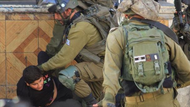 Ushtarët izraelitë rrahin brutalisht një palestinez 10-vjeçar   TRT  Shqip