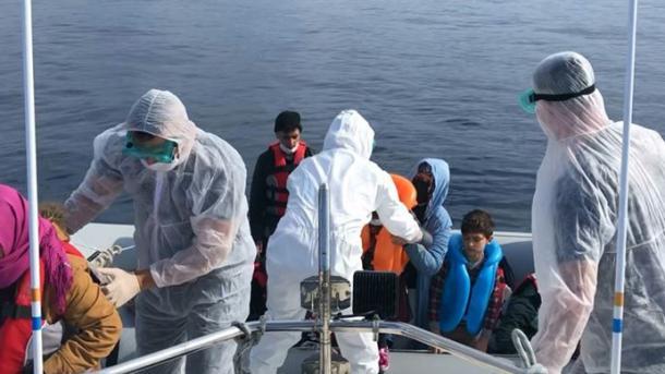 Turqia shpëton 60 azilkërkues të braktisur në Egje nga Greqia   TRT  Shqip