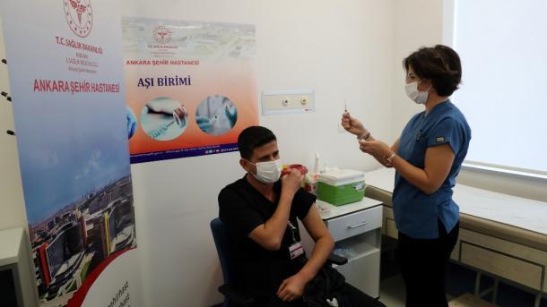 Në Turqi filloi vaksinimi i grupit të dytë | TRT  Shqip