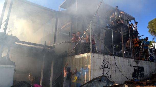 Zjarr dhe përleshje në kampin e refugjatëve në Greqi, 1 grua dhe një fëmijë humbin jetën | TRT  Shqip