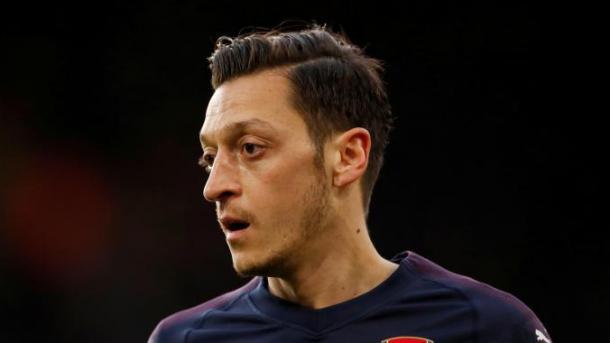 Homens armados com facas atacam Mesut Özil em Londres