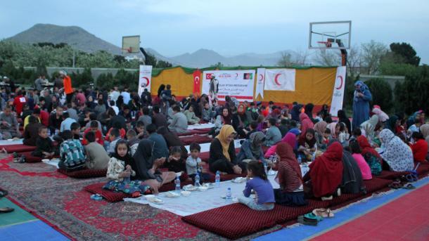 Gjysmëhëna e Kuqe Turke iftarin e parë e shtroi për jetimët në Afganistan