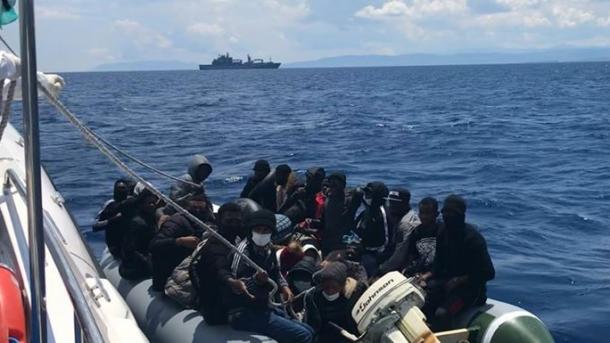 Roja Bregdetare Turke shpëton gomonen me azilkërkues të shtyrë nga Roja Bregdetare Greke | TRT  Shqip