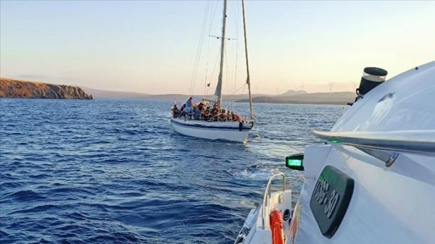 Turqia shpëton 388 refugjatë në ujërat e Izmirit, ishin prapësuar nga forcat greke | TRT  Shqip