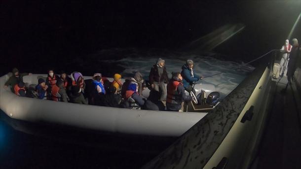 Roja Bregdetare turke shpëtoi 40 azilkërkues të prapësuar nga Roja Bregdetare greke | TRT  Shqip