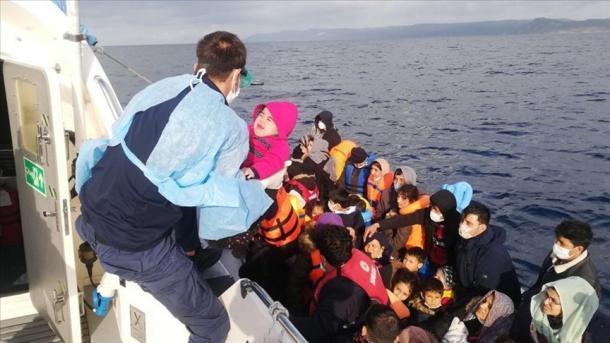 Roja Bregdetare turke shpëtoi 18 azilkërkues të prapësuar nga Roja Bregdetare greke | TRT  Shqip
