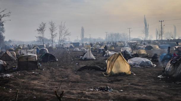 Vazhdon pritja e refugjatëve në kufirin grek për të kaluar në Evropë | TRT  Shqip