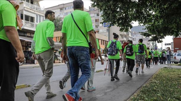 """Sarajevë – Vullnetarët e """"Marshimit të Paqes"""" nisen në drejtim të Srebrenicës   TRT  Shqip"""