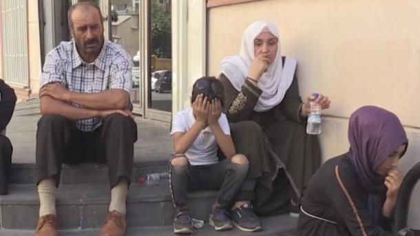 Protesta e prindërve para selisë së Partisë HDP në Diyarbakir | TRT  Shqip